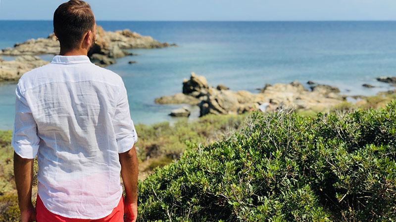 Vacanze estive 2019: camicia di lino perfetta per viaggiare